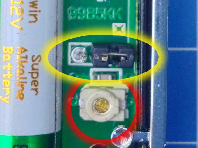 close-up van een potmeter op de printplaat van een garage afstandsbediening met mogelijke optie voor een antenne