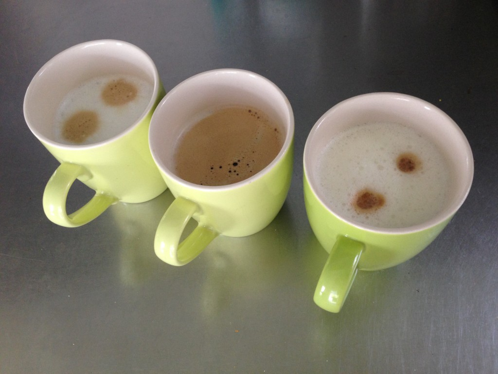 Latte macchiato van melk, rijstemelk en soyamelk.